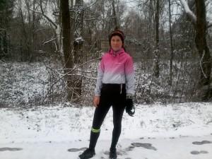 Téli futószerelésben: hajpánt, kapucnis szél- és esőálló dzseki, fényvisszaverő csík a polár futónadrágon, kesztyű