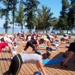 Edzés a medence partján, háttérben a Balaton