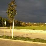 Vihar készülődik:sötét felhők, ragyogó napsütés