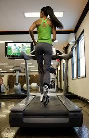 Bemelegítés, majd futás. A legtöbb teremben TV-t nézhetsz edzés közben.