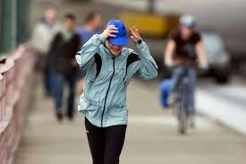 Esős, szeles időben szélálló dzseki, sapka, meleg réteges öltözék szükséges a szabadban történő edzésekhez
