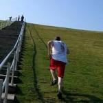 Dombra, vagy lépcsőre futás, technikás edzés, egy-egy felfelé futás után tarts pihenőt!