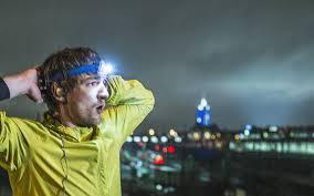 Látni és látszani itt is fontos: fejlámpa, fényvisszaverő dzseki, karszalag nagyon fontos az esti edzésekhez!