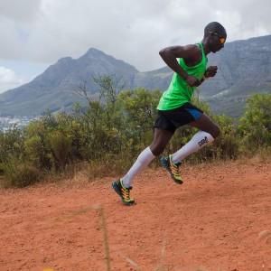 A technika felfelé : rádőlünk, de nem ráfekszünk! , a dombra, emeld a térdeidet, lépj el a talajtól, testtartásod a futás irányába lendítse a testedet, azaz segítse annak mozgását. Szép példa ez a kép, jól jegyezd meg Te is..