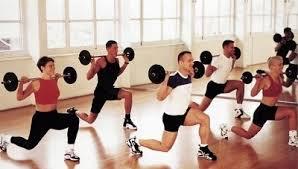 Szabályos kitöréses gyakorlat, súlya nyakban, térd a boka vonala felett, hátul levő láb süllyesztve a talajig. Egyensúlyt növelő gyakorlat, popsi és hátsó combizmok, hátizmok dolgoznak.