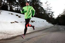 Téli felszerelés futáshoz: sapka, de legalább hajpánt; dzseki - derékvonal alá érje védve - melegen tartva ezzel a veséket; Melegebb futózokni, a futónadrág legyen téli - vastagabb szövetű vagy legyen aláöltözék - vékonyabb de meleg alsónadrág.