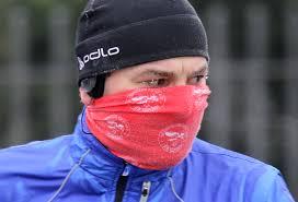 Előzzük meg a torokfájást: hideg levegőn való szabadtéri edzéshez húzz sálat vagy arcmaszkot a szád elé, így némileg meleg levegő áramlik a tüdőbe és nem a kinti jeges.