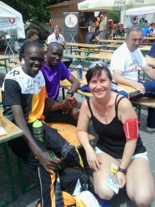 A győztes kenyai futók (Benedek-Team és Run2gether) Keniaischen gewinner Läufer
