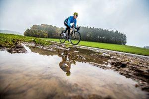 Őszi hideg, esős időjáráshoz alkalmazkodó bicajos szerelés