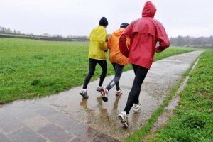 Nem a legkellemesebb esőben futni, de túlélhető: az edzés végeztével vegyél forró vizes fürdőt, igyál meg egy nagy bögre meleg teát is