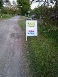 A futóútvonal részben talajon vezet, táblákon felirat jelzi melyik körben hányadik kilométernél járunk.