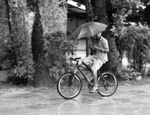 """PiŽgŽ par la pluie, je me suis abritŽ sous la seule station essence de l'""""le. Ce fut une belle opportunitŽ de voir les gens courir et rouler sous la pluie.Trapped in the rain, I stayed covered in the only gas station of this city. It was a great opportunity to see people running and biking in the rain."""